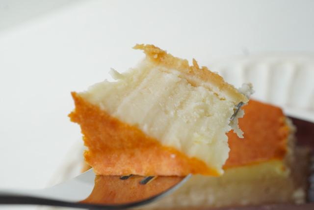 フォークにのせた濃厚ベイクドチーズケーキ
