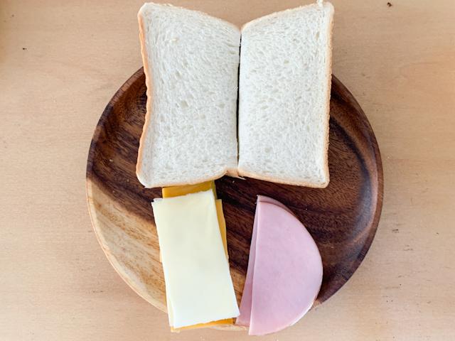 食パン、チーズ、ハムは半分に切ります