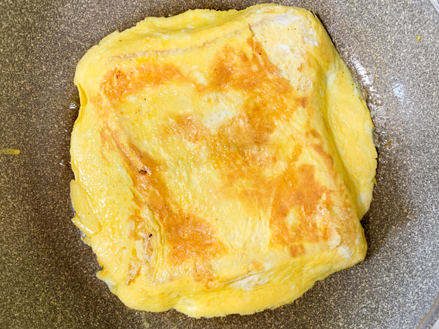 8割くらい焼けてきたら、フライパン返してパンと卵を一緒に裏返します