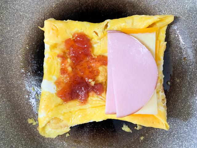 片方にはいちごジャムいちごジャム、片方にハムとチーズを乗せます