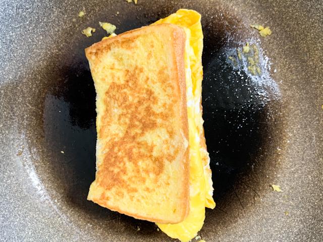 パンを折り畳んでサンドイッチ状にします。