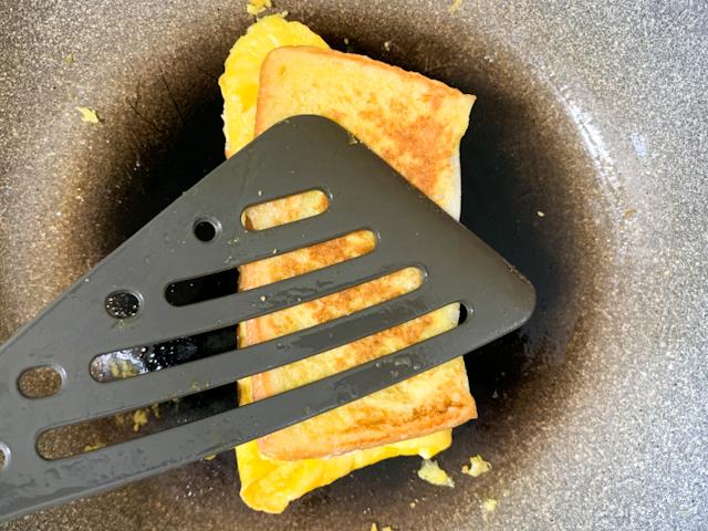 フライパン返しでパンをギュギュッと押さえて焼き色をつけます。