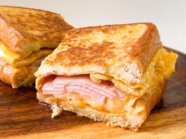 いちごジャムの甘さとチーズのしょっぱさがクセになる!