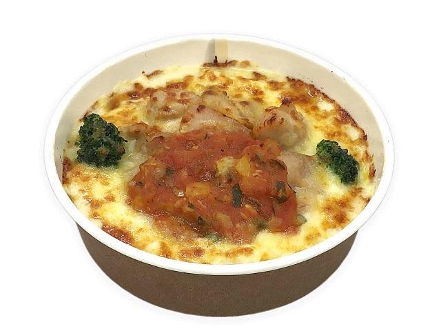 チキンと野菜入りトマトソースのグラタン
