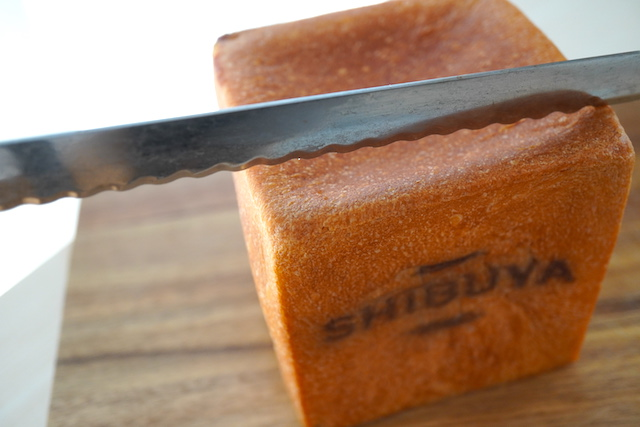 ナイフを当てたとちおとめブレッド