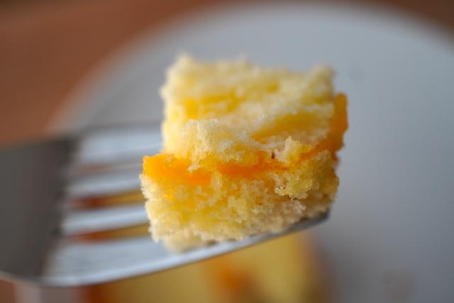 フォークに刺したプレミアムチーズ