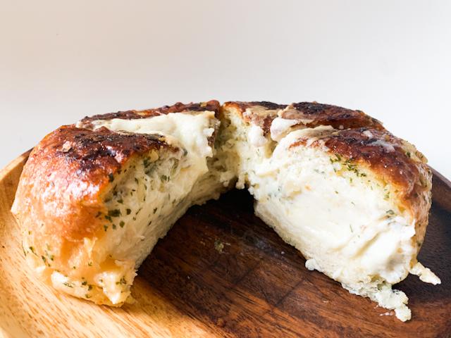 半分に切ってみると、クリームチーズがたっぷり!