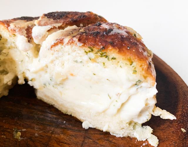 パンにはガーリックバターが染み込んでてしっとりとした感じ