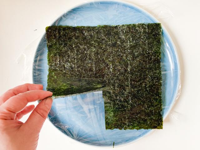 海苔は4つに折った下半分の真ん中に切り込みを入れます
