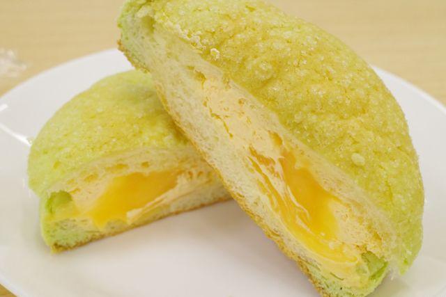 ローソン「サクもちメロンパン メロンクリーム&メロンホイップ」