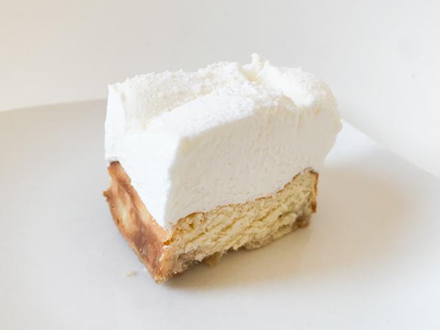 生クリームはふわっと柔らかいのですが、チーズケーキはかなりしっとりどっしりとした感じ