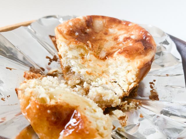 トッピングされた蜂蜜シロップをかけて、味変すると、さらにチーズの風味が増します。