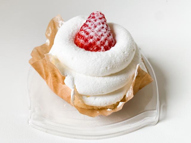 クリームを楽しむショートケーキ