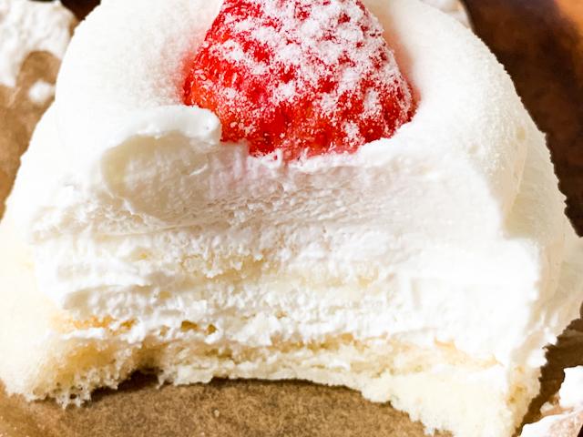 ほとんどがクリームという構成。「クリームを楽しむショートケーキ」の言葉のままです