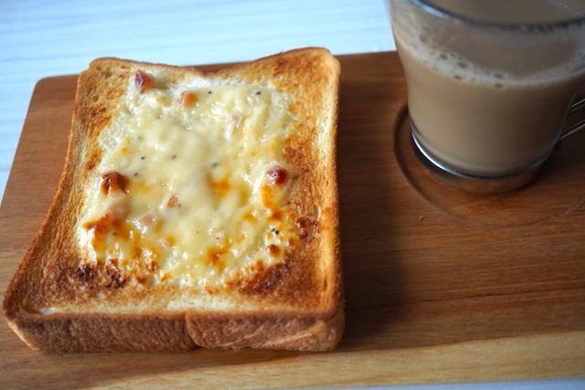 「4種のチーズ&ベーコン」をのせたトースト