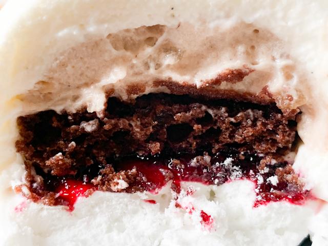 上層部にマロンの粒が入ったシャンティ仕立てのマロンクリーム、そしてチョコスポンジ、そして甘酸っぱいカシスジャム、一番下にはサクサクのメレンゲ