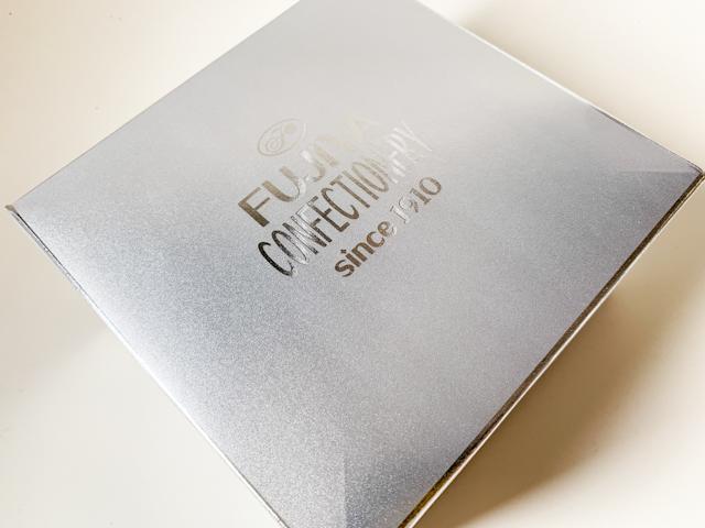 銀色の箱にペコちゃんがプリントされた帯がついています。