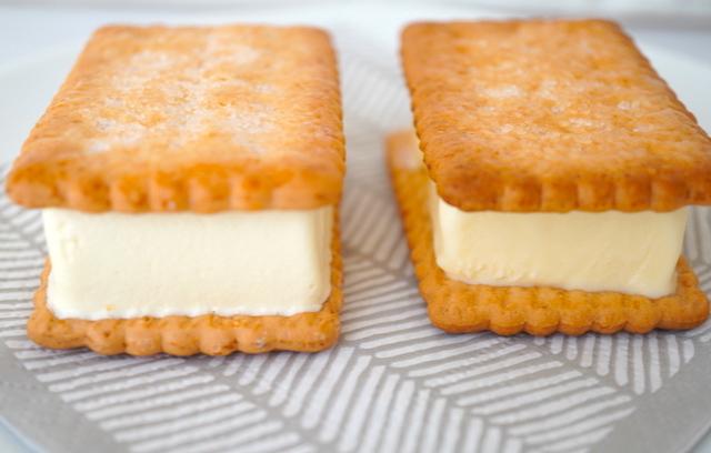 左ココナッツサブレサンドアイス・右バターサンドアイス