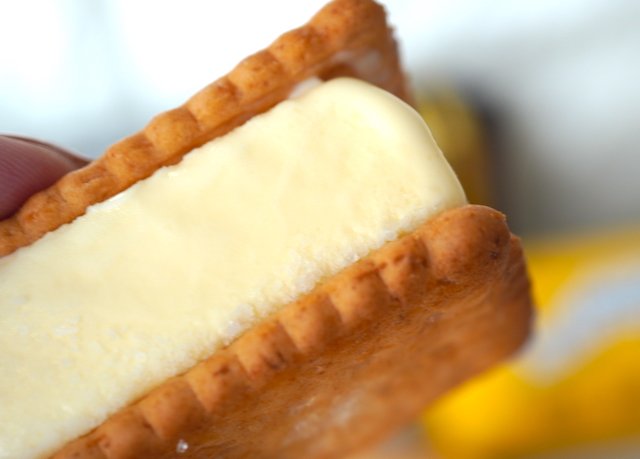 手に持ったバターサンドアイス